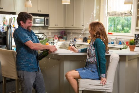 zach-galifianakis-isla-fisher-in-keeping-up-with-the-joneses-_