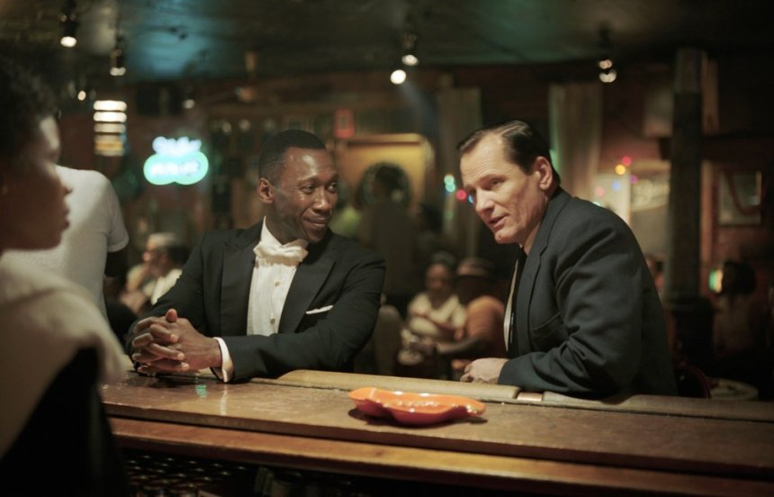 green-book-2018-005-mahershala-ali-viggo-mortensen-bar